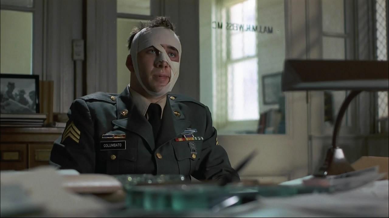 L'attore si è fatto estrarre diversi denti per rappresentare al meglio l'eroe di guerra nel film di Alan Parker. Ha poi dichiarato, però, che erano tutti denti da latte.