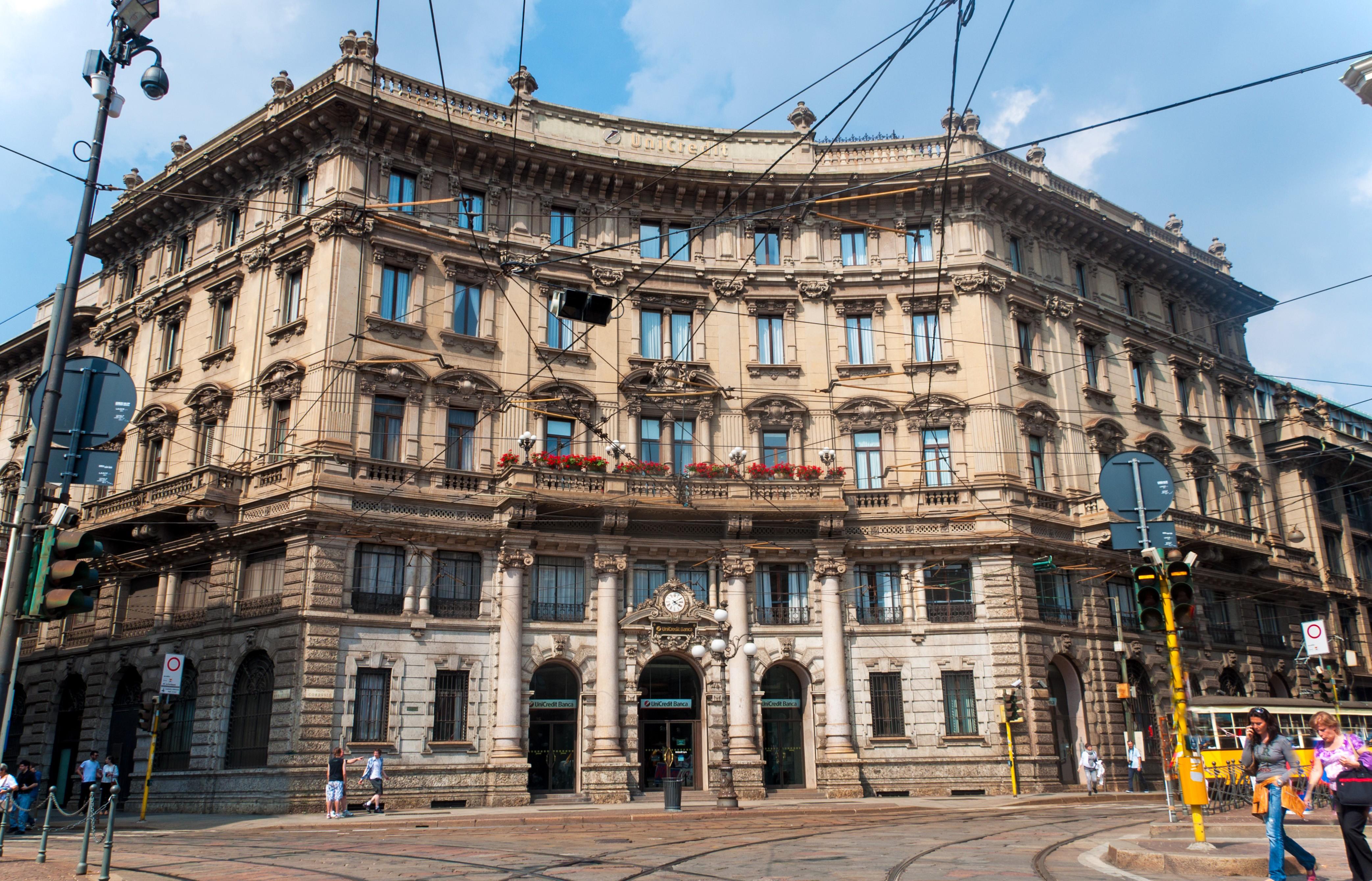 Palazzo Broggi in Piazzale Cordusio a Milano, la sede del primo Starbucks italiano