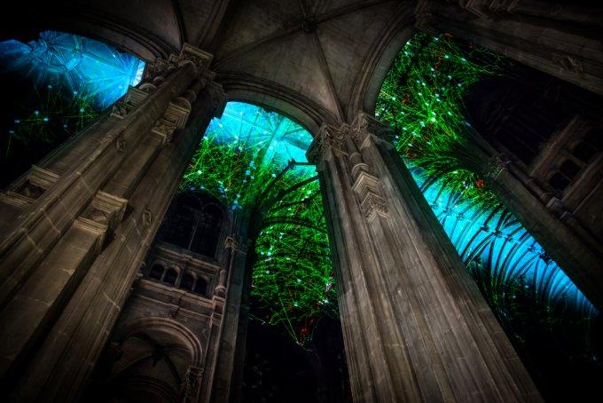 Uno spettacolare cielo virtuale è stato proiettato sul soffitto di una chiesa di Parigi da Miguel Chevalier
