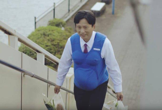 In Giappone i politici fanno i lavori di casa col pancione finto per promuovere la parità tra i sessi