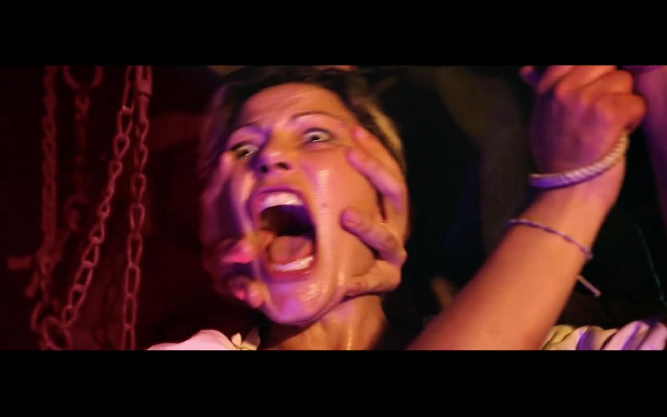 La pubblicità di una macelleria mostra l'inquisizione carnivora contro la strega vegana