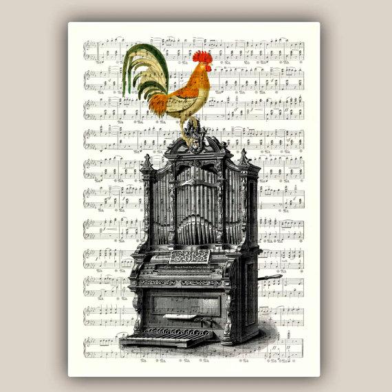 Un'illustrazione in stile vintage con un gallo appollaiato su un foglio pentagrammato. Questo negozio vende anche altre stampe simili, con disegni realizzati su pagine di libri o dizionari. Questa stampa misura 11x14 cm, costa 23 euro e si compra qui