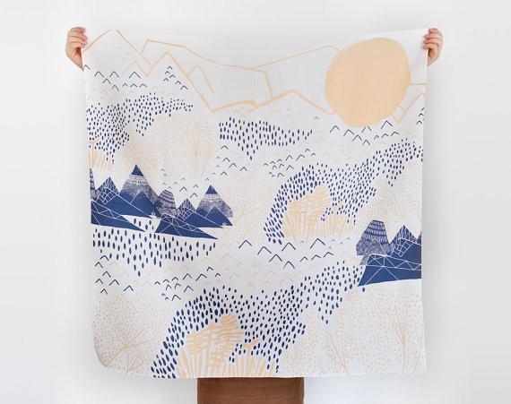 Un telo di cotone fatto a mano, che arriva direttamente dal Giappone, con la stampa di un paesaggio di montagna stilizzato. Costa 44 euro e si compra qui