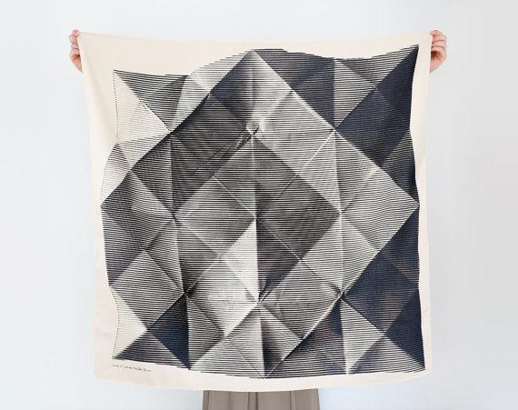 Un telo in cotone stampato con il motivo della carta tradizionale giapponese per gli origami. Costa 44 euro e si compra qui