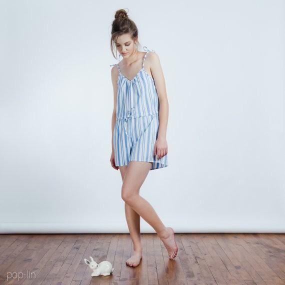 Questo pigiama, semplice e al contempo chic è fatto a mano in cotone e lino. Costa 37 euro e si compra qui