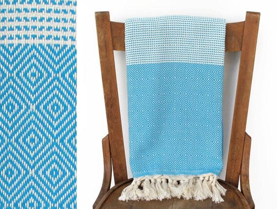 Realizzato in cotone tipico turco, può diventare anche un copridivano o un asciugamano. Costa 34 euro e si compra qui