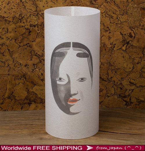 Una delle espressioni più tradizionali del Giappone, il teatro Kabuki, è l'ispirazione di questa lampada da soggiorno semplice nelle linee e nella decorazione. Disponibile anche con altri soggetti. Costa 32 euro. Si compra qui