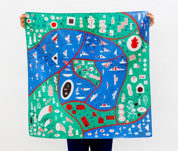 Un fantastico telo in cotone fatto a mano, con una stampa dedicata a una versione stilizzata di Stoccolma, tra acqua e verde. Costa 44 euro e si compra qui
