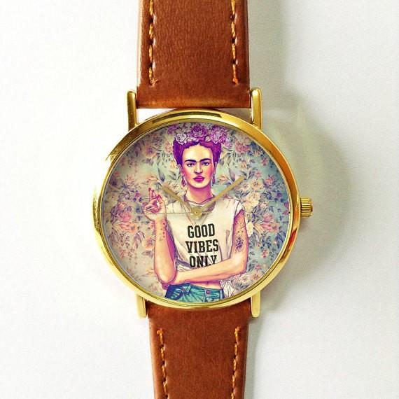 Frida Kahlo è un'icona sotto talmente tanti punti di vista che portarla sempre con sé è cosa buona giusta. Un orologio di classe a un prezzo abbordabilissimo: costa solo 11 euro e lo compri qui