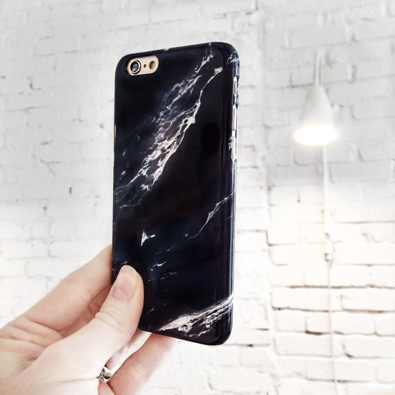 Per rendere lo smartphone una scultura, ecco la custodia che sembra fatta di marmo. Va bene per l'iPhone, ma per il Samsung Galaxy. Costa 23 euro e si compra qui