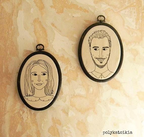 Romanticismo oltre ogni limite: il ritratto di coppia ricamato a mano, da appendere alla parete. Il prezzo è variabile, ma si aggira intorno ai 150 euro. Si compra qui