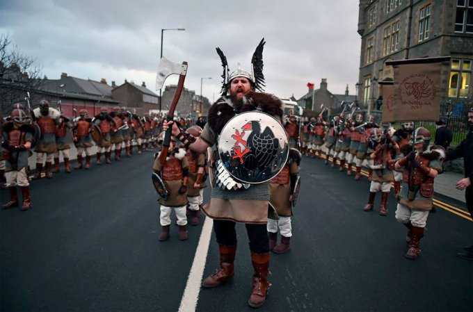 "&lt;a href=&quot;https://www.theguardian.com/uk-news/gallery/2017/jan/31/up-helly-aa-festival-in-shetland-in-pictures&quot; target=&quot;""_blank""&quot; rel=&quot;nofollow&quot;&gt; <span class='via'><span class='green'>FONTE</span> 