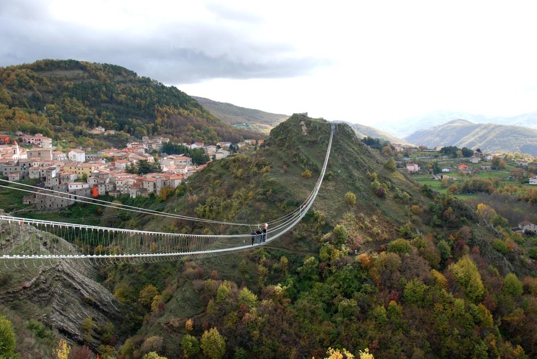 Apre in Basilicata un ponte tibetano da record, lungo 300 metri a 120 metri di altezza