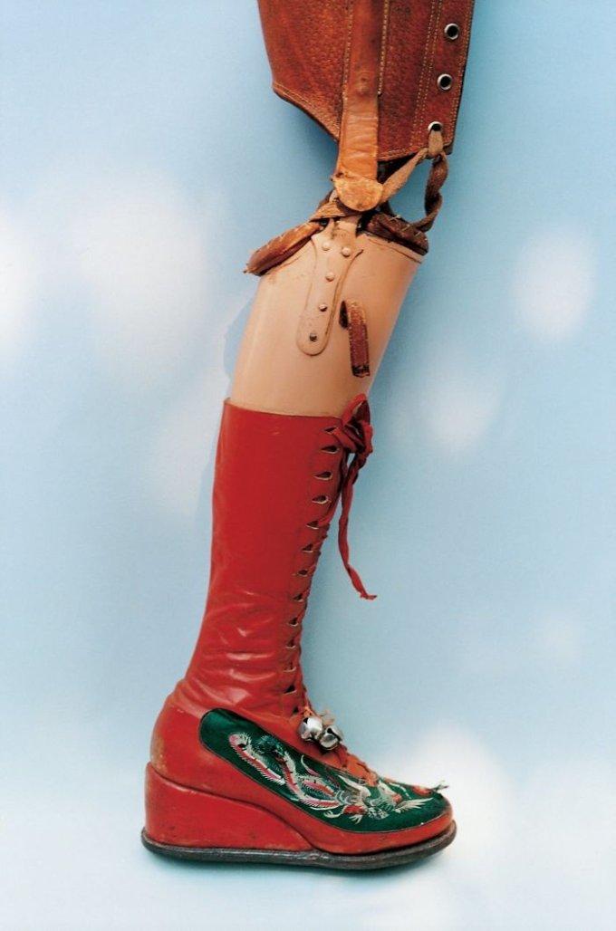 La protesi alla gamba, che fu amputata a Frida nel 1953 a causa della cancrena. È stata disegnata dalla stessa artista.<br />Foto di Ishiuchi Miyako