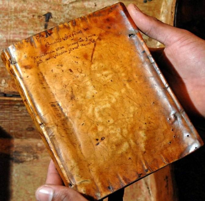 Un libro rilegato in pelle umana