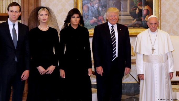 La famiglia Trump e Papa Francesco – Foto © Reuters/A. Tarantino