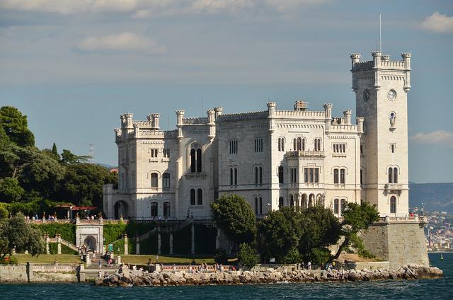 """Il Castello di Miramare, foto di Clemcal VIA<a href=""""https://www.flickr.com/photos/49405511@N05/29423802236/in/photolist-LQ5Fi7-qbWucT-oySoYq-oRmPo2-S9LypJ-Vif39L-KAFgqf-KH9fM5-KAFgv5-9CtGtx-oRjVfo-oRmQdZ-oRmQPD-oRmQBe-oyRYZp-oRjV7C-oR63fn-oRmPcv-oySbkw-oR62tn-oyRZ4n-oPk3W1-oRjWiA-oyScA7-oyRYrR-oRmQng-oRjVTh-oRmQFn-oySbxq-SHR3o3-LSeXyP-aeFaUQ-73NvPy-FSWi79-GE9Lkw-VRM6dy-dAREzo-QskNYz-6vRA7k-9Ky4Lc-9KASAu-jt4hhT-jt6wVW-poEQ5Y-nbqncg-79AL2N-jt7Qi1-7fQ8JR-7fU1PW-jt5qF2"""" rel=""""nofollow"""">FLICKR</a>"""