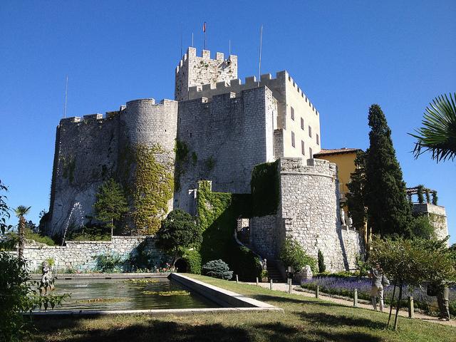 """Il Castello di Duino foto di Rosanna Galvani VIA<a href=""""https://www.flickr.com/photos/roxelo/7604111270/in/photolist-czX4mJ-czX5xL-gno5zA-czXjCW-gnpuW8-gnp7ar-PiK1om-PPd1Ew-gno8Mh-gnoV1V-gnoF5t-gnoGvc-gnp6gW-gnp9rU-gnoUfC-gnounq-gnp3A5-czXhcY-U9CvvQ-7m9YM1-czXhVy-U9u4mw-Ta68UP-czXmY1-czXesd-Ta3pbB-T79bCC-czXm4G-TNF4ff-Ta2DPX-Uca26i-A3RG6i-czXbmW-czXiwW-T9WVE4-UjWD6h-UjZd7U-Uc5pvi-U9Ckph-czX9SS-Ta5Suv-Ta69tz-Ta5cwa-Ta5cmv-T7gUTW-UjTd3N-T9Wgj6-UbYeg2-UoBn52-Uc4f68"""" rel=""""nofollow"""">FLICKR</a>"""
