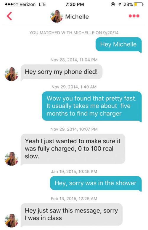 – Hey Michelle<br /> – Scusa il mio telefono era morto!<br /> – Wow l'hai trovato molto velocemente, di solito mi servono 5 mesi per trovare il caricabatterie<br /> – Sì, volevo solo assicurarmi che fosse del tutto carico, da 0 a 100 è molto lento<br /> – Scusa ero a fare la doccia<br /> – Hey ho appena visto il tuo messaggio, ero in classe