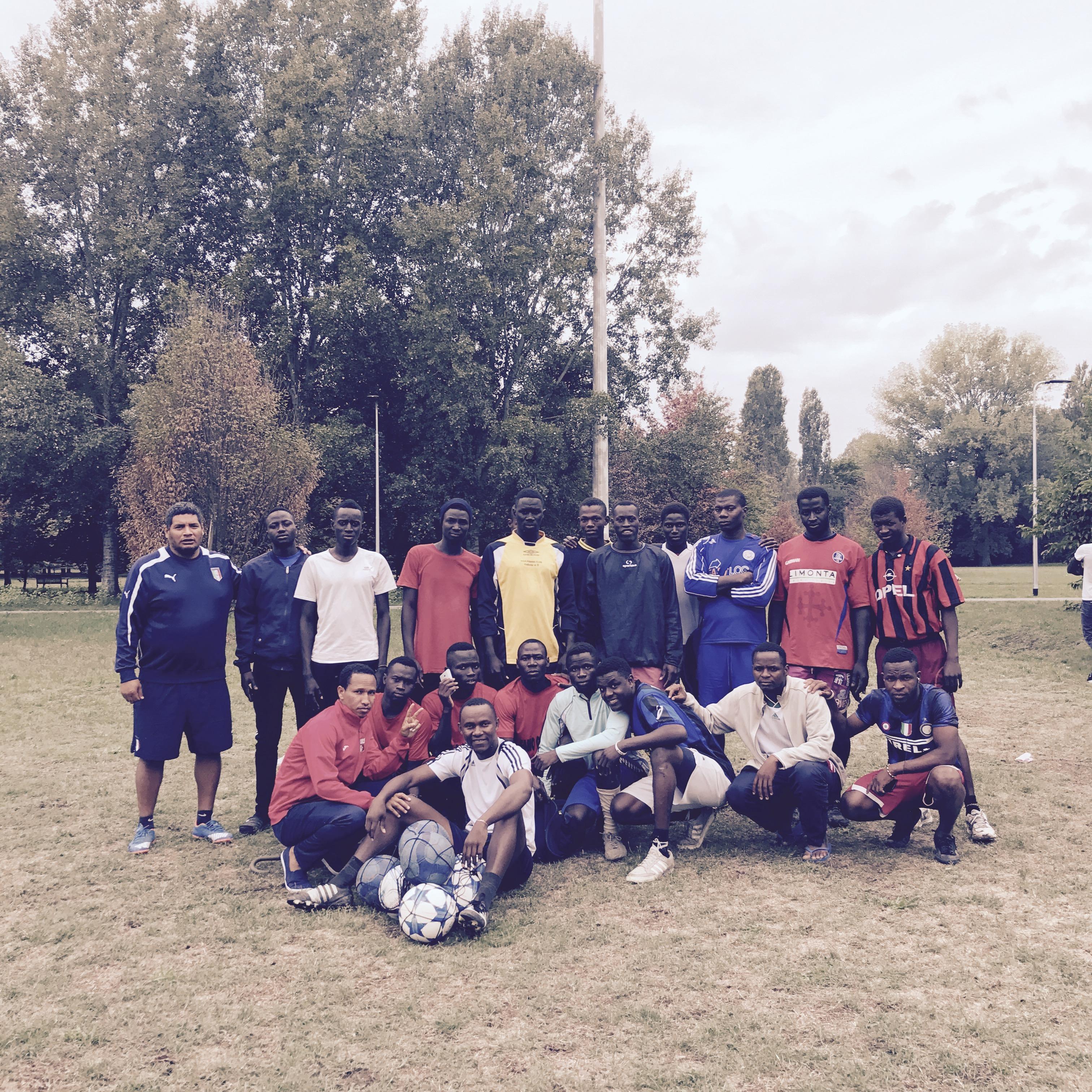 La squadra di calcio dei Corelli Boys a fine allenamento
