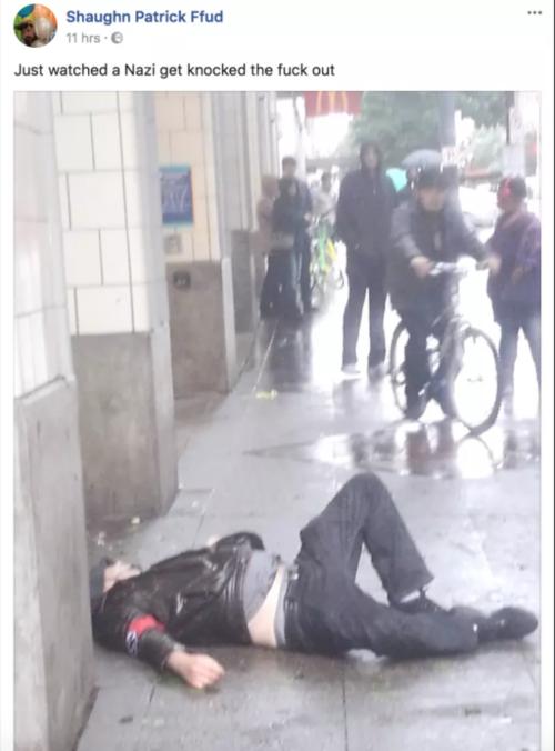 Il nazi steso a terra dopo il pugno