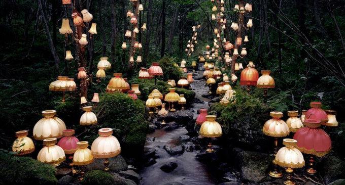 lampade e libri diventano magici in queste installazioni nella lampade e libri diventano magici in queste installazioni nella foresta norvegese