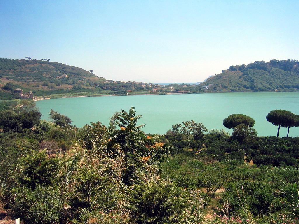 Mitologia vuole che il Lago D'Averno, a pochi minuti da Napoli, fosse l'ingresso dal quale Enea discese agli Inferi