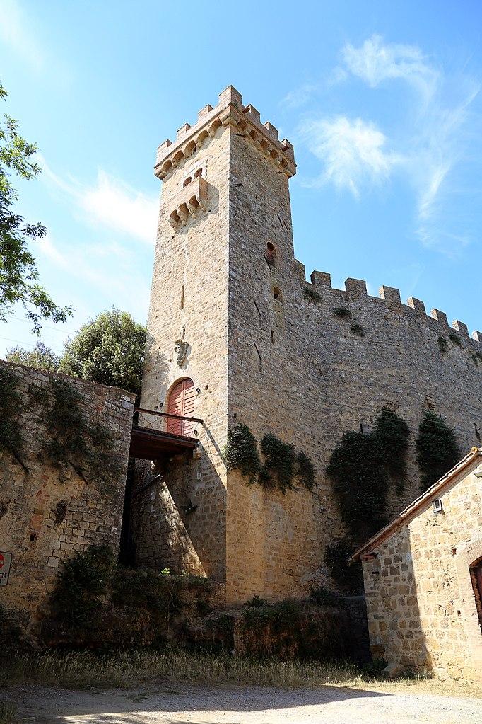 La torre del castello di Strozzavolpe in Toscana