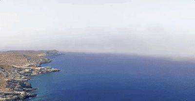 In Grecia un drone gira in circolo su uno splendido paesaggio e il video diventa tridimensionale